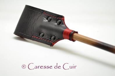cravache-fleur-noir-rouge-bambou-cuir-kangourou-caressedecuir-4